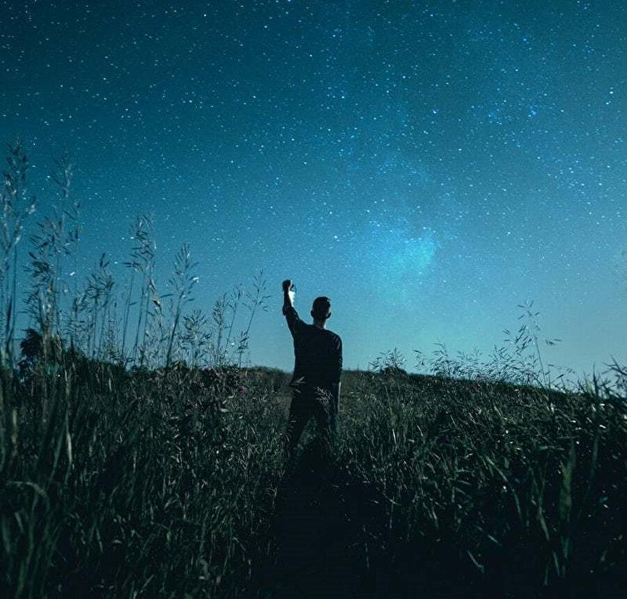 İnsan bir rüyanın içine uyanır.