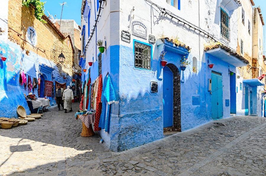 Eski Şehir (Medina) bölgesinde yalnızca eşeklerin girdiği, dar, mavi merdivenli sokaklarında kaybolmak üzere yürümeye başlayabilirsiniz.