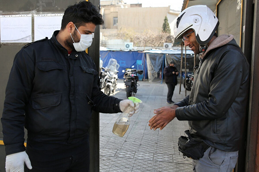 İran yönetiminin virüse karşı rahat tavrı dikkat çekiyor.