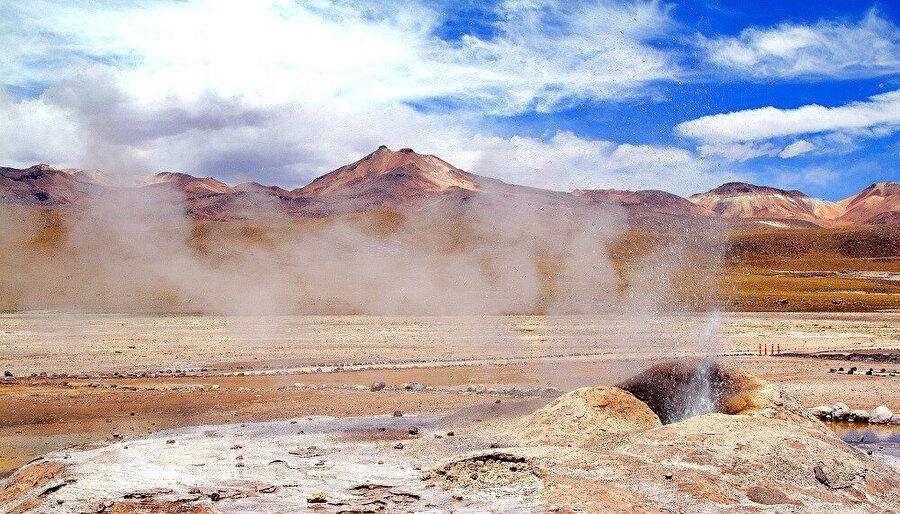 El Tatio Gayzeri'ndeki sıcak su kaynaklarında, 12 m yüksekliğe ulaşan buhar püskürtmeleri oluyor.