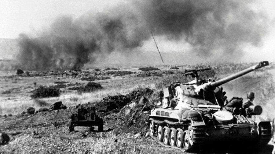 Golan Tepelerinde İsrail tanklarının ilerleyişi.