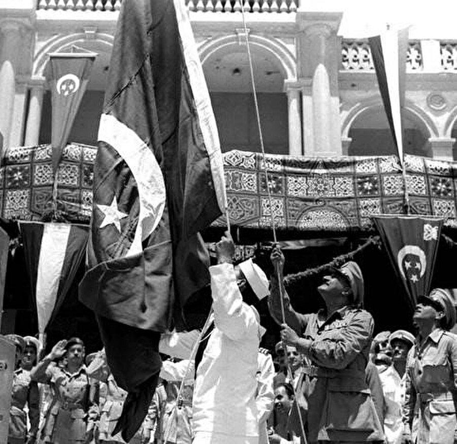 Son İngiliz birliğinin ülkeden çekilmesini kutlamak için Nâsır, Süveyş Kanalı yakınlarındaki Port Said kentinde Mısır bayrağını göndere çekiyor.