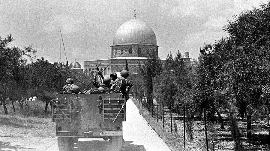 İsrail askerleri, Doğu Kudüs'te Kubbet-üs Sahra önlerinde ilerlerken görülüyor.
