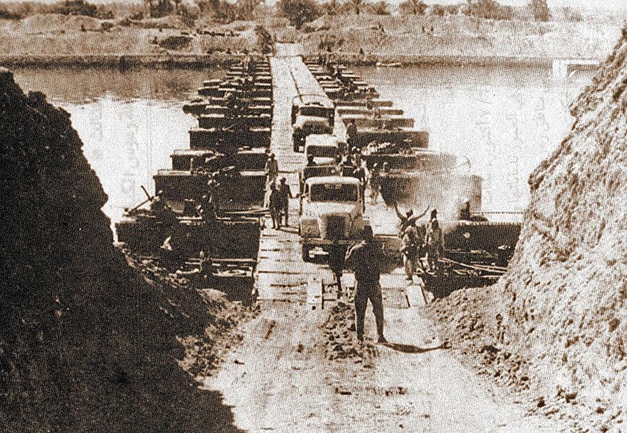 Süveyş Kanalından geçen Mısır birlikleri. (7 Ekim, 1973.)