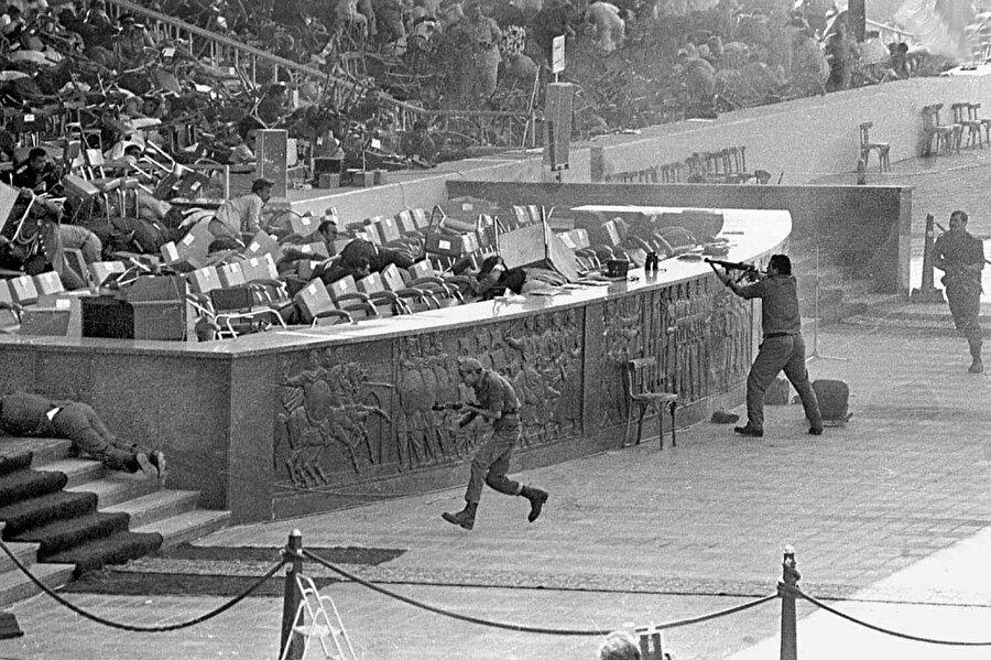 Mısır Cumhurbaşkanı Enver Sedat 1981'de Yom Kippur savaşının sekizinci yıldönümü kutlamaları sırasındaki askeri geçit töreninde suikasta uğradı.