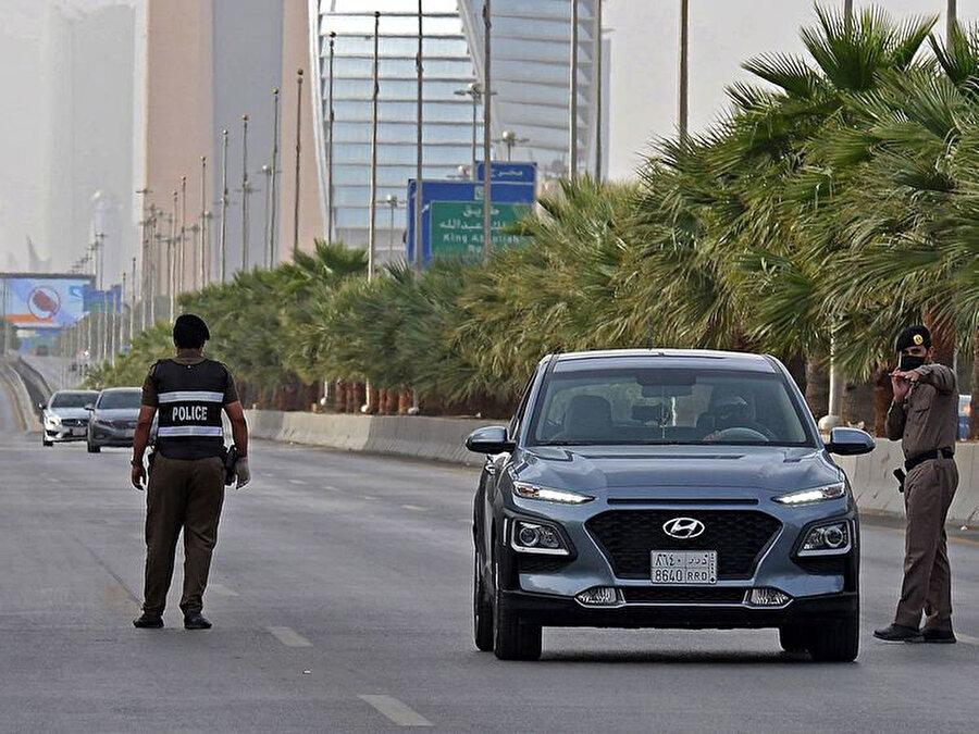 Başkent Riyad'da giriş çıkışlar polis denetiminde yapılıyor.