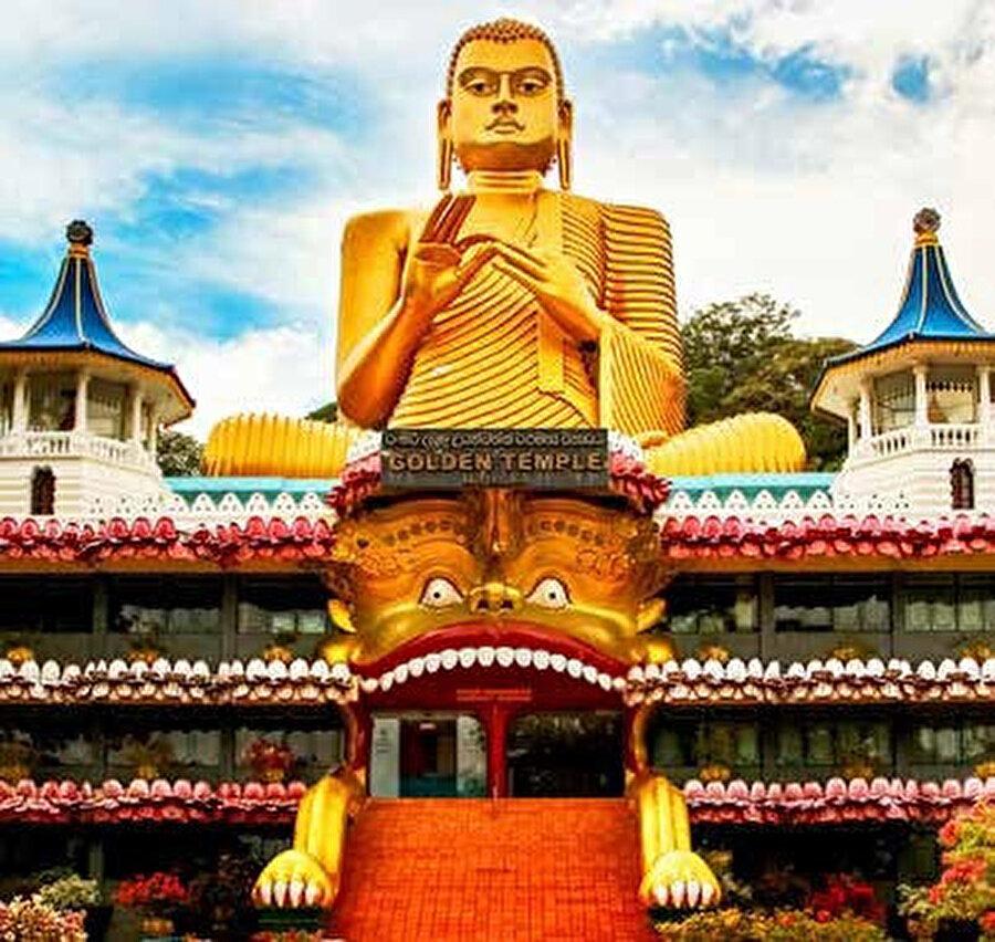Dambulla en önemli özelliği de mağaraların içine oyulmuş olan Budist Tapınakları.