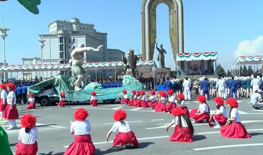 Tacikistan'da koronavirüs tedbirilerine rağmen Nevruz kutlamaları coşkuyla geçti.