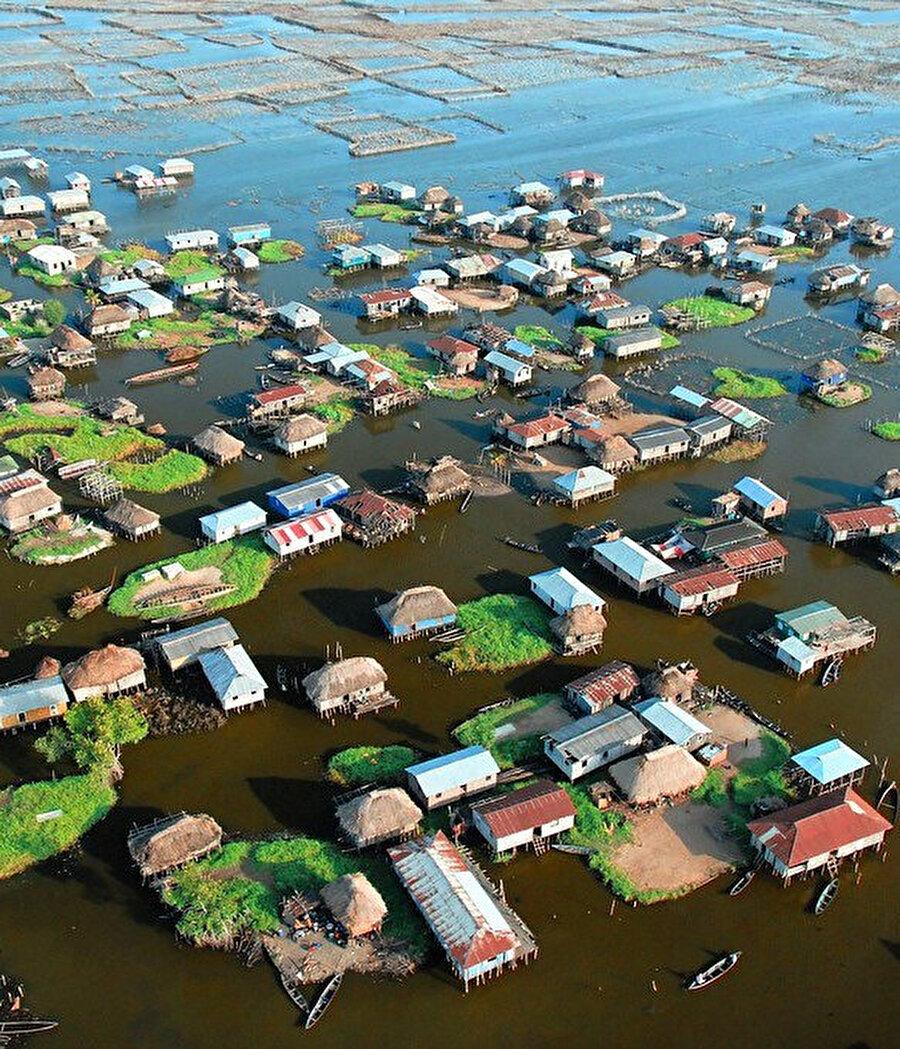 Yaşamlarını sular üzerinde sürdürmeye itilen insanların yüzen köyü.
