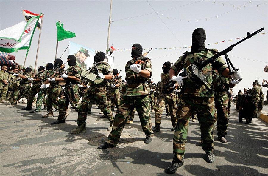 Şii lider Mukteda es-Sadr'a bağlı savaşçılar geçit töreni sırasında.