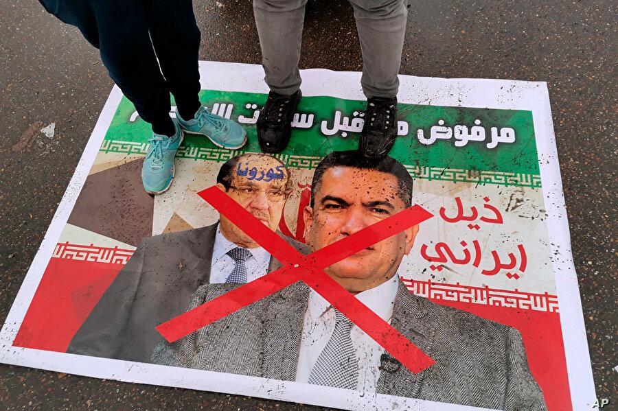 Irak'ta 18 Mart'ta Tahrir Meydanı'nda düzenlenen protesto gösterisinde, Eski Başbakan Nuri el Maliki ile birlikte Adnan ez-Zurfi'nin posterinin de ayaklar altında olduğu görülüyor.