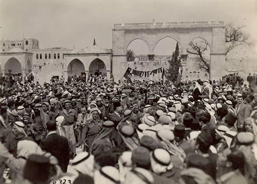 Abdulkadir Hüseyni'nin cenazesi kaldırılırken Mescid-i Aksa'nın içi.
