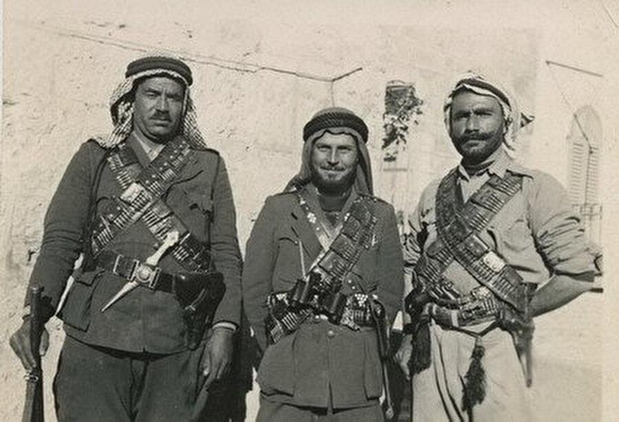 Abdulkadir Hüseyni, (ortada) 1936.
