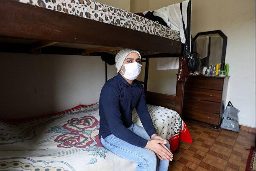 İşsiz ve evsiz kalan 35 yaşındaki Hamada, böbreğini satılığa çıkarmış. Geçici olarak kaldığı yurt odasında maskesiyle poz verirken görülüyor.