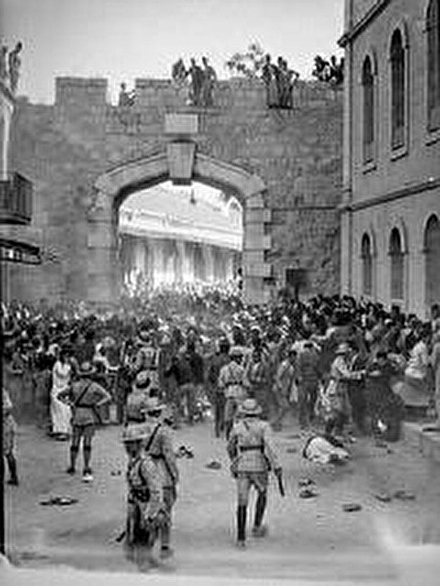 1933, Yeni Kapı.