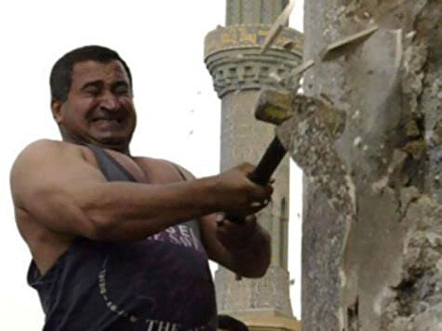 Kâzım Şerîf, Saddam'ın heykeline ilk balyoz darbelerini vururken...