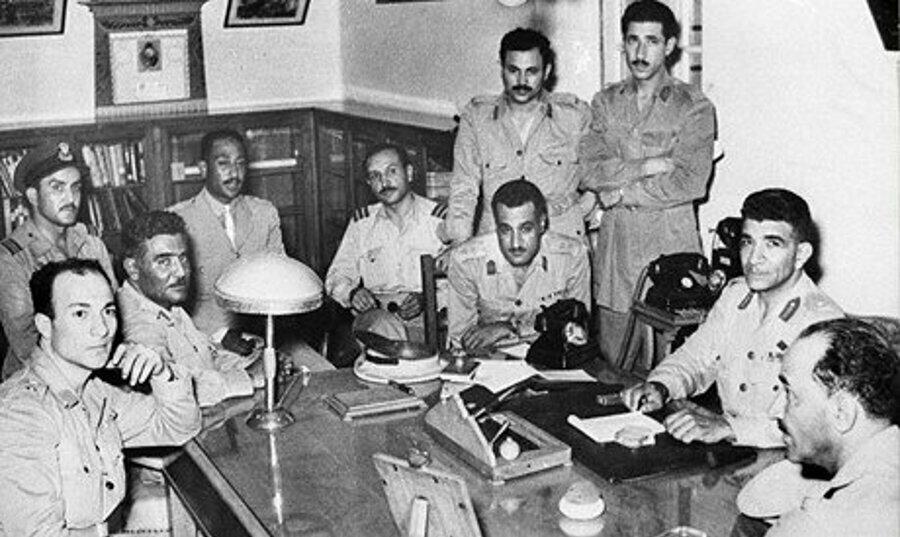 Enver Sedat, (sol önde 3. sırada) ve Cemal Abdünnâsır (telefonun yanında) Hür Subaylar Örgütü mensuplarıyla birlikte.