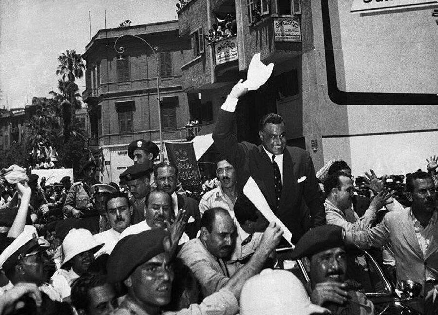 Mısır Cumhurbaşkanı Nâsır, Süveyş Kanalının millileştirildiğini ilan ettikten sonra halkı selamlarken görülüyor. (Kahire, 1956)