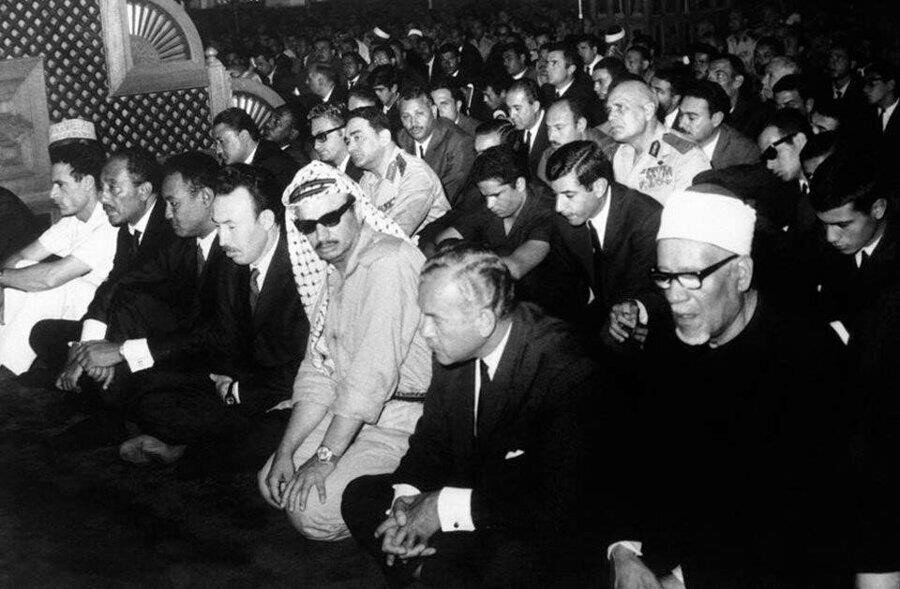 Nâsır'ın cenaze töreninde hazır bulunanlar arasında; Arafat (sağdan üçüncü) ve Enver Sedat ( soldan ikinci).