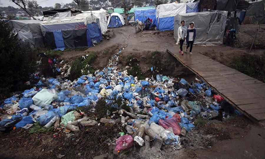 20.000 kişinin yaşadığı Yunanistan'ın Midilli adasındaki mülteci kampında, hijyen eksikliği ve tıbbi malzeme yetersizliği olası bir salgın durumunda riski ikiye katlayacak.