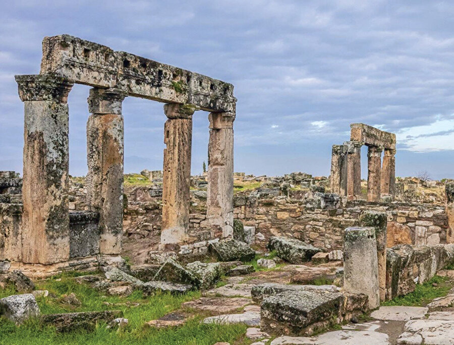 Antik coğrafyacı Strabon ile Ptolemaios verdikleri bilgilerde, Karia bölgesine sınır olan Laodikeia ve Tripolis kentlerine yakınlığı ile Hierapolisin bir Frigya kenti olduğunu ileri sürülmektedir.