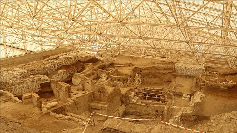 Çatalhöyük, Orta Anadolu'da, günümüzden 9 bin yıl önce yerleşim yeri olmuş, çok geniş bir Neolitik Çağ ve Kalkolitik Çağ yerleşim yeridir.