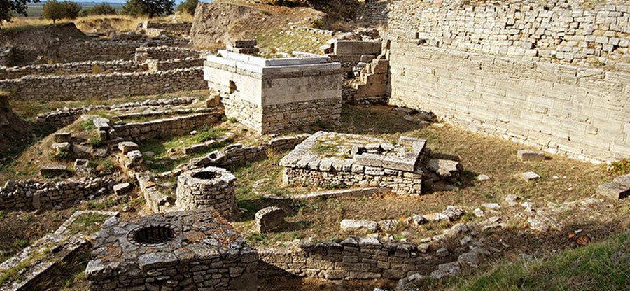 Çanakkale il sınırları içinde, günümüzde Hisarlık olarak adlandırılan Arkeolojik bölgede yer alır.