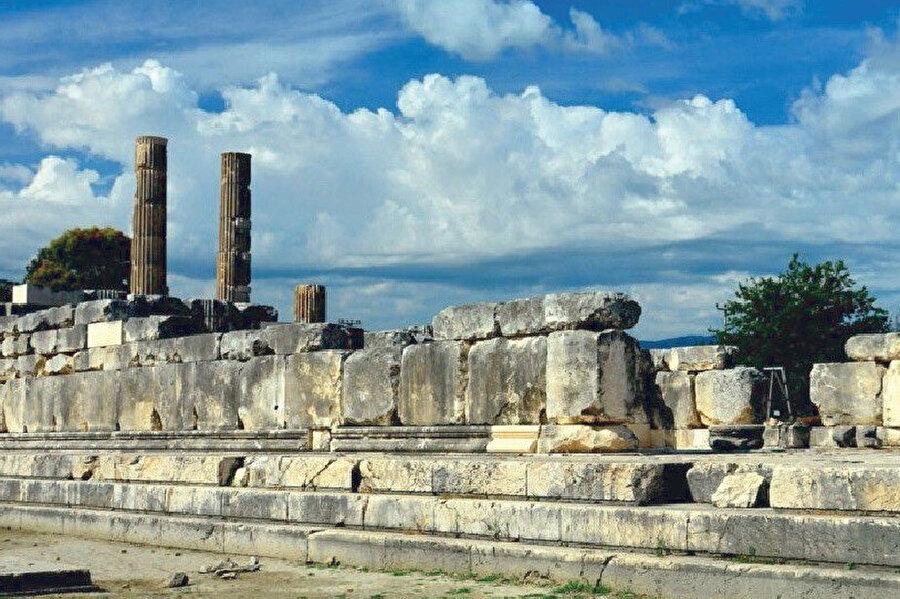 Şair Ovidius'un anlattığı bir öyküye göre kent, Zeus'tan hamile kalan Letoon'un adına kurulmuştur.