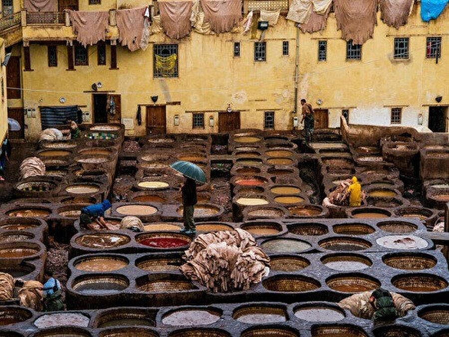 Fas ticaretinde önemli yer tutan Fes'deki tabakhane boyama tesisleri.