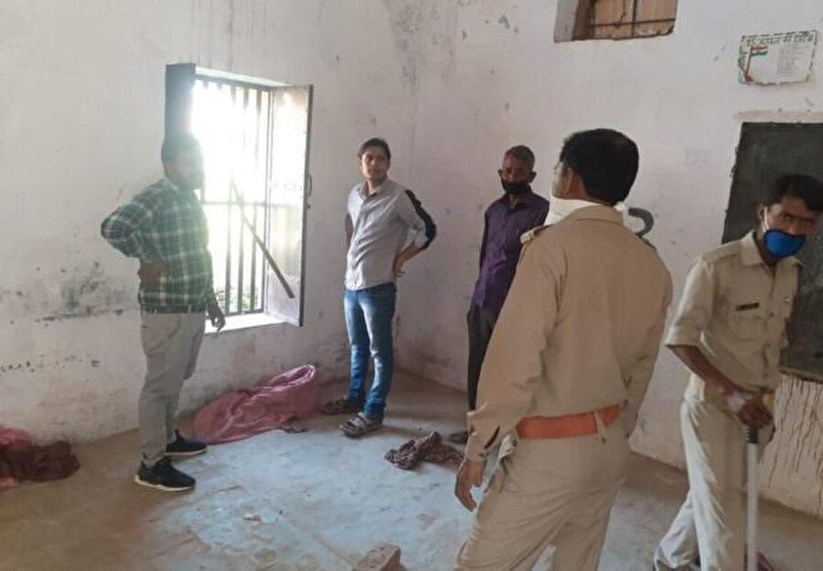 Uttar Pradeş'te kurulan karantina merkezlerinden birinde camları kıran 16 kişinin gece kaçtığı tespit edildi.