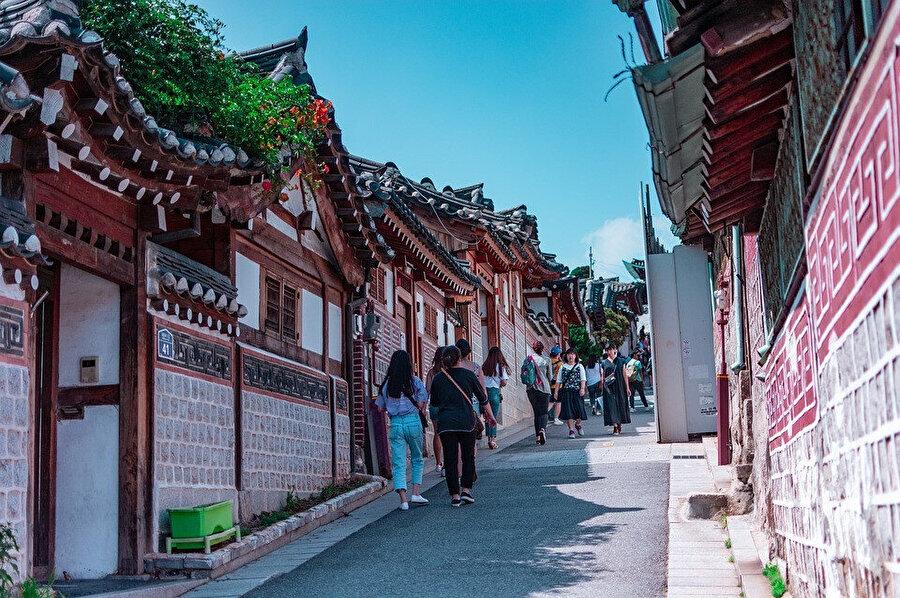 Bukchon Hanok Köyü , Gyeongbok Sarayı , Changdeok Sarayı ve Jongmyo Kraliyet Tapınağı arasındaki bir tepenin üzerinde kurulmuş, Seul'ün geleneksel köyüdür.