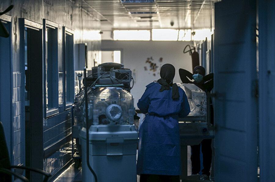 Hafter güçlerinin roketli saldırısı sonrası Hadra Hastanesi'nde bulunan Koronalı hastaların doktor gözetimindeki tahliyesi.