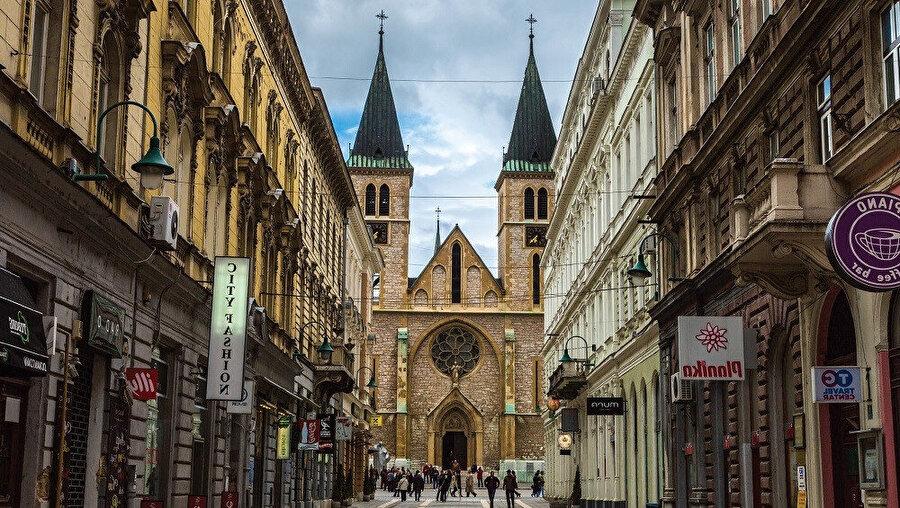 1889'da inşa edilen İsa'nın kalbi katedrali, Paris'teki Notre Dame Katedrali'nden esinlenilerek yapılmıştır.
