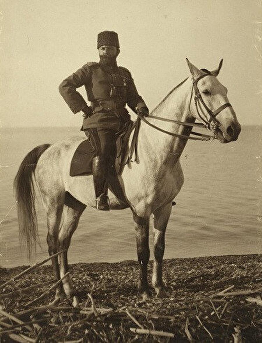 Dördüncü Ordu Kumandanı Cemal Paşa, Lût Gölü kıyısında. Mayıs 1915 (Fotoğraf: Lewis Larsson)