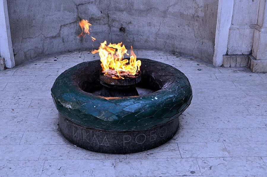 """""""Sonsuz Ateş"""" anıtı II. Dünya Savaşı'nda hayatını kaybedenlerin anısına inşa edilmiş bir anıttır."""