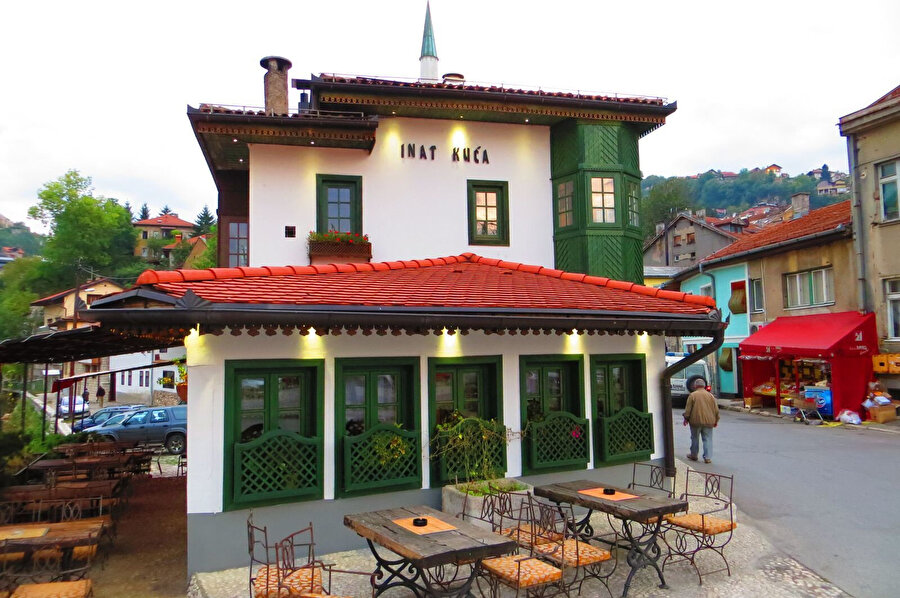 Banderija'nın, Avusturya-Macaristan İmparatorluğu'na arsasını vermemek için inat ettiği ve inadı sonucu yıkılmadan karşı yakaya taşıdığı evdir.