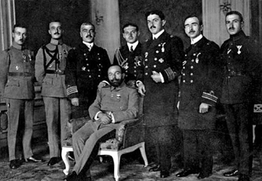 Cemal Paşa (oturan) ve Falih Rıfkı Atay (sol başta) bir arada.