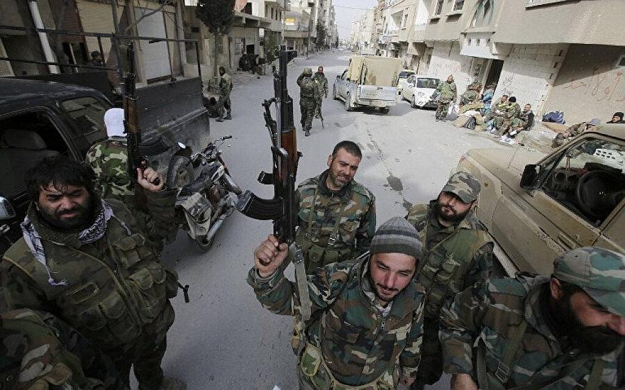 Muhaliflerin elinden aldıkları Yebrud sokaklarında devriye gezen rejim askerleri.