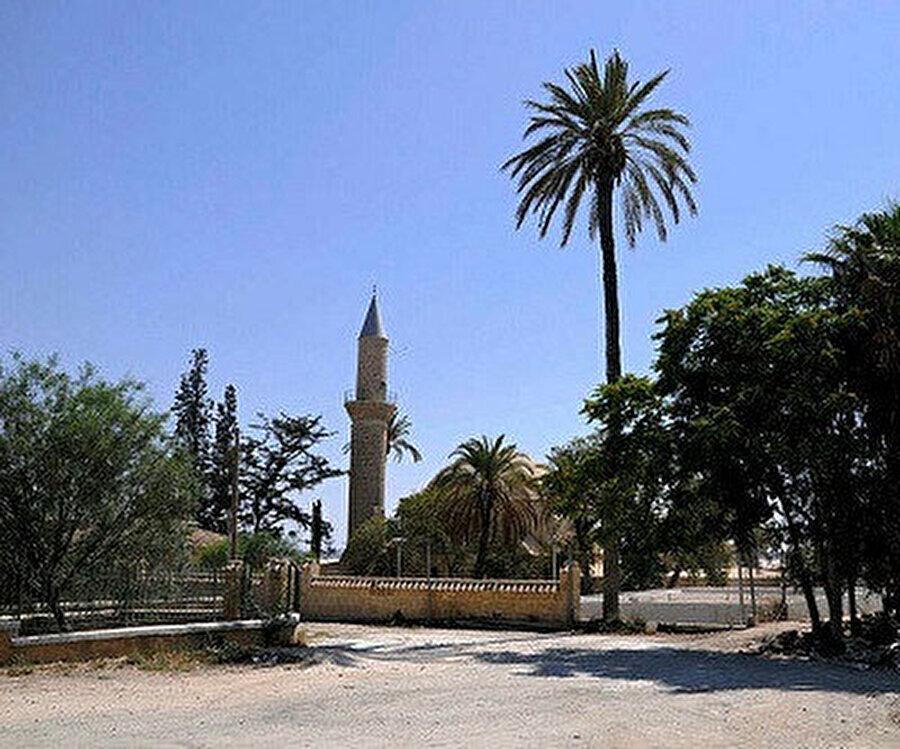 Larnaka'daki Hala Sultan Tekkesi. Tekke, Kıbrıs'ın Rum kesiminde, Larnaka şehri dışında Tuz gölünün yakınında yer almaktadır.