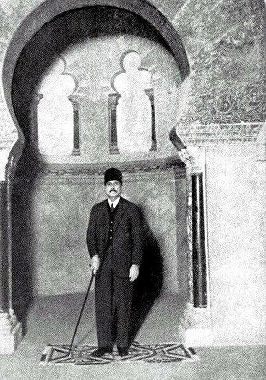 İkbal'in Endülüs ziyareti sırasında Kurtuba Camii'nde çekilmiş bir fotoğrafı.