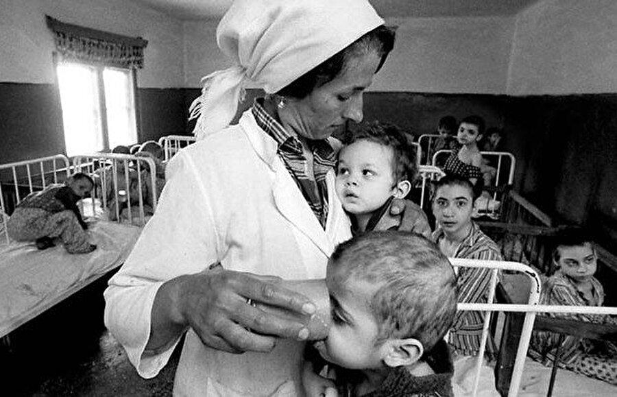 Romanya'da Çavuşevsku döneminde yetimhanelerde barınan yüz binlerce çocuk var. Çocuk psikiyatrisinin en çok öğrendiği olay, bu dönemdeki çocukların durumlarında ortaya çıktı.