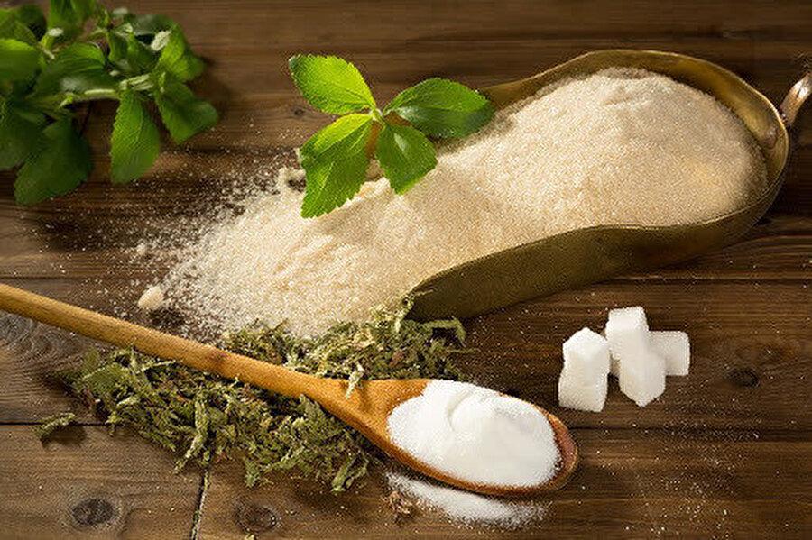Paraguay ve Brezilya'da yüzyıllardan beri tatlandırıcı ve tedavi edici özellikleri nedeniyle kullanılan stevia (şeker bitkisi, şekerotu) Japonya'da da otuz yılı aşkın bir süredir milyonlarca kişi tarafından tatlandırıcı ve gıda katkısı olarak kullanılmaktadır.