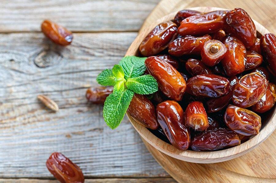 Besleyici değeri oldukça yüksek olan hurma en temel vitaminler açısından oldukça zengindir. Özellikle de B9 vitamini yani Folik Asit, ve proteinleri bünyesinde barındırır.
