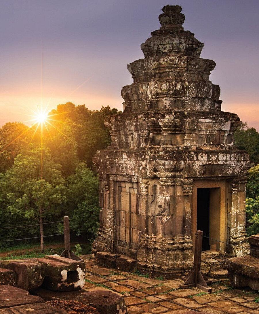 Phnom Bakheng, dağ şeklinde bir Hindu ve Budist tapınağıdır.