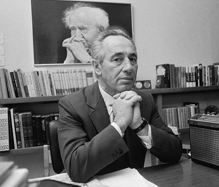 Dönemin İsrail Ulaştırma Bakanı Şimon Peres, korsanlarla yapılan müzakereleri yönetti.