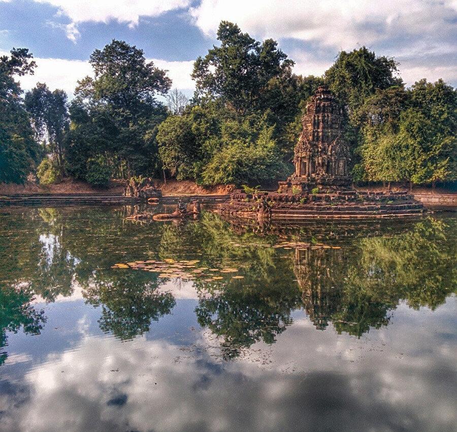 Neak Pean başlangıçta tıbbi amaçlar için tasarlanan bir tapınaktır. Tapınağın havuzuna girenin iyileşeceğine inanılıyor ve VII. Jayavarman'ın inşa ettiği birçok hastaneden biridir.