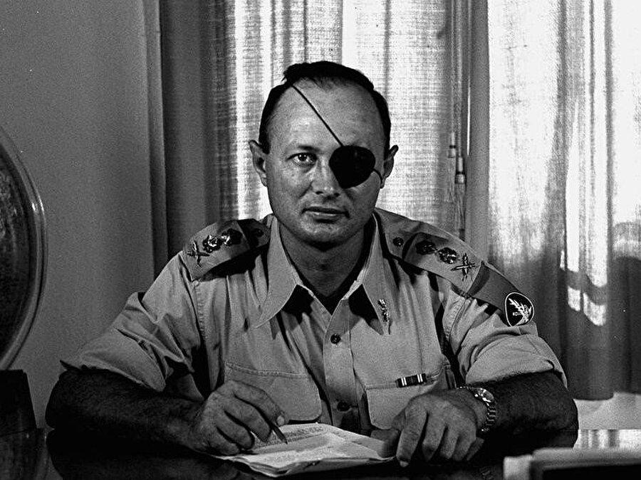 Dönemin İsrail Savunma Bakanı Moşe Dayan. II. Dünya Savaşı yıllarında 1941'de Suriye'de Fransız kuvvetlerine karşı savaşırken bir gözünü kaybetmiştir.