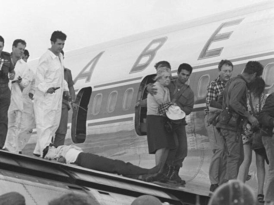 Operasyonu'nun lideri Ehud Barak'ın (Sol önde) direktifleriyle uçak tahliye ediliyor.