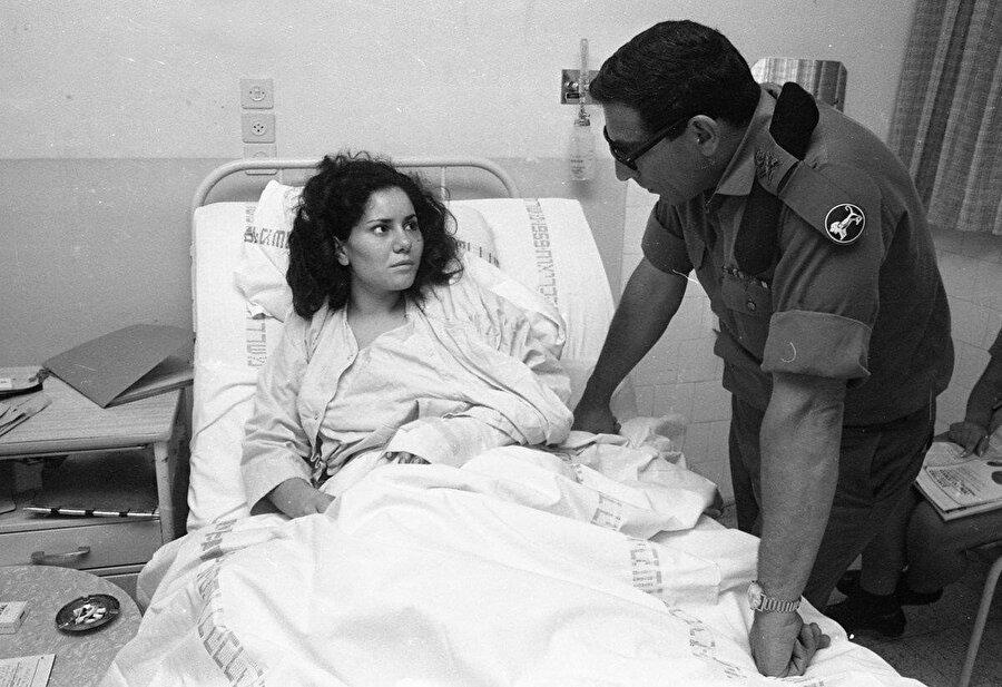 Hastanede tedavi gören Helese, dönemin İsrail Merkez Komutanlığı komutanlarından Rehavam Zeevi ile bir arada görülüyor.