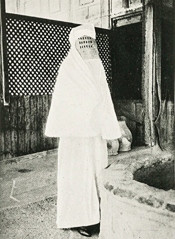 Hacda burkasıyla Zeynep Cobbold. Kendisi, hac ibadetini yerine getiren ilk İngiliz Müslüman kadın olma unvanını elde etti.